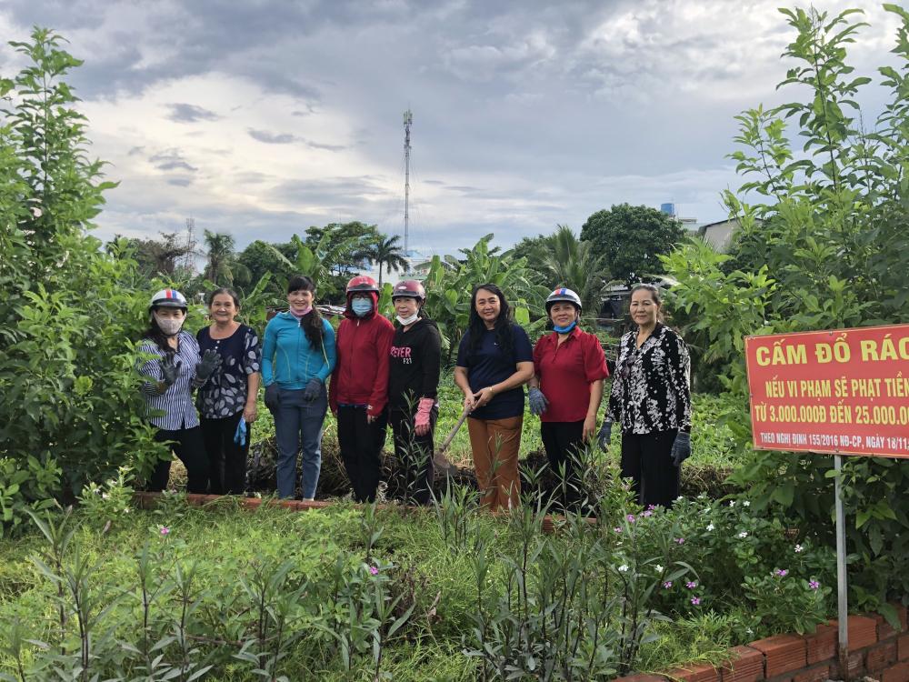 Phụ nữ phường Thạnh Lộc cải tạo điểm rác làm bồn hoa.