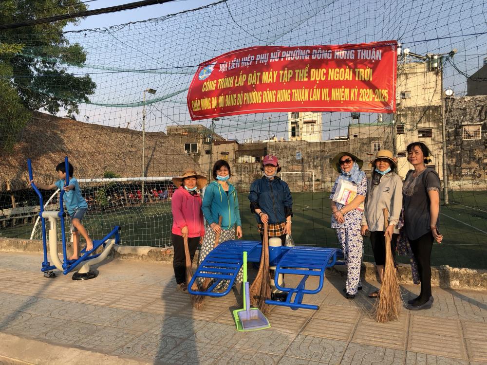 Chị em ở phường Đông Hưng Thuận chung tay dọn dẹp vệ sinh, giữ gìn mỹ quan khu vực lắp đặt thiết bị thể dục ngoài trời.