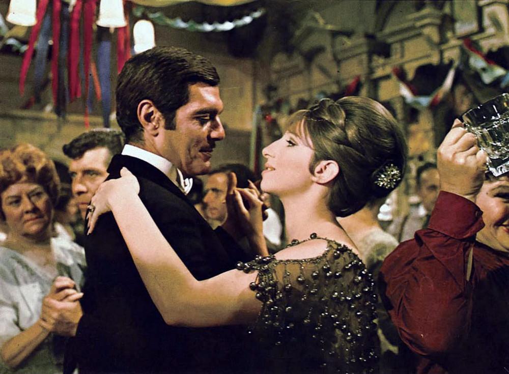 Vai diễn đầu tiên trong Funny Girl (1968) đã mang lại chiến thắng Oscar - nữ diễn viên chính xuất sắc cho  diễn viên Barbra Streisand (phải)