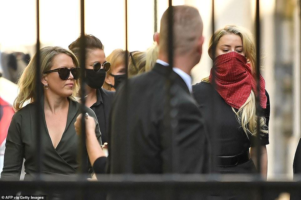 Amber Heard trùm khăn che mặt màu đỏ đến toà cùng chị gái, luật sư và bạn.