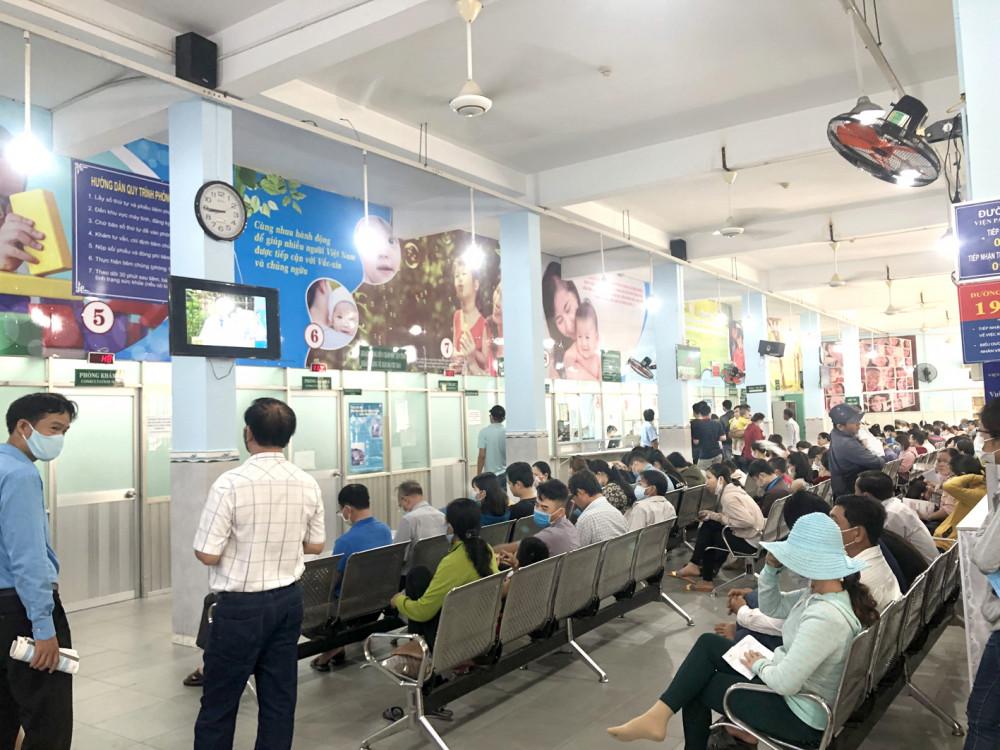 Sáng 7/7, rất đông người có mặt tại Viện Pasteur TP.HCM, trong đó nhiều gia đình có nhu cầu tiêm vắc-xin ngừa bạch hầu - Ảnh: Thanh Huyền