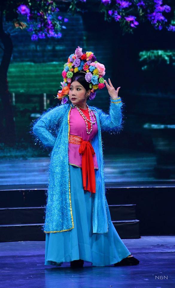 Nữ nghệ sĩ cho biết khâu chuẩn bị trước khi lên sân khấu lúc nào cũng vui, nhộn nhịp, không thiếu những nụ cười