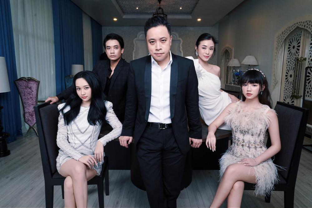 Đạo diễn Victor Vũ và 4 diễn viên trẻ trong phim.