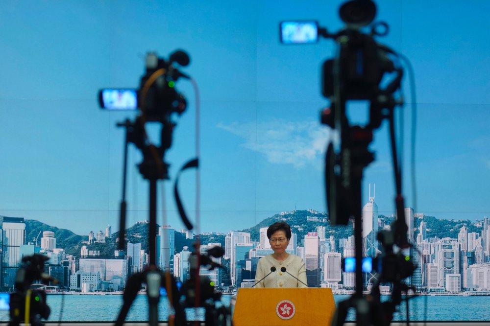 Đặc khu trưởng Hồng Kông Carrie Lam lắng nghe câu hỏi của phóng viên trong cuộc họp báo ở Hồng Kông, hôm thứ ba 7/7 về luật an ninh quốc gia có hiệu lực vào tuần trước. Ảnh: AP