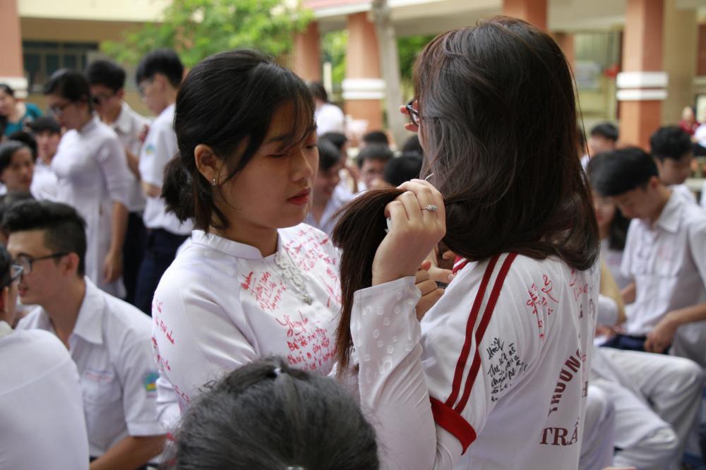 Học sinh ký tên trên áo trong ngày chia tay
