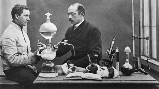 Nhà vi khuẩn học Emil Adolf Behring (phải) tiến hành thử nghiệm vắc-xin bạch hầu ở chuột lang và thu về kết quả tích cực.