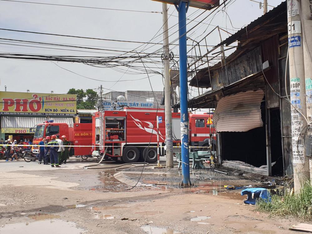 Tiệm cầm đồ nằm ngay giữa ngã ba đã bốc cháy dữ dội