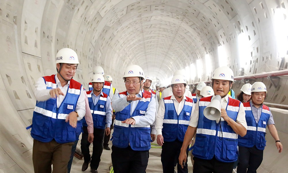 Phó thủ tướng Phạm Bình Minh đã trực tiếp thị sát, kiểm tra công tác xây dựng, hoàn thiện nhà ga trên cao Công nghệ cao, nhà ga ngầm Ba Son, đường hầm TBM, nhà ga ngầm Nhà hát Thành phố - Ảnh: Diễm Mi