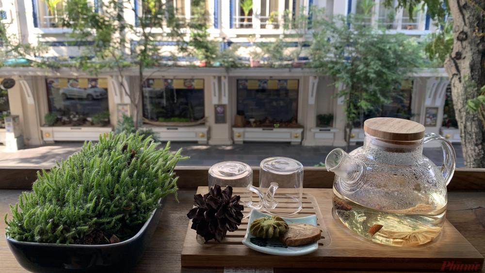 Không gian uống trà nhìn xuống con đường Đồng Khởi đông đúc