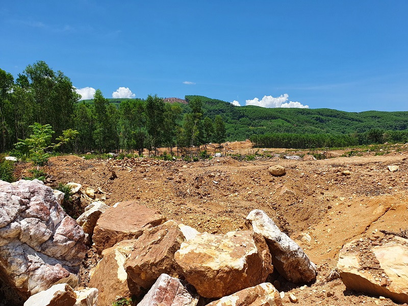 Khu vực núi có nhiều mồ mả bị đào bới để lấy đá thạch anh