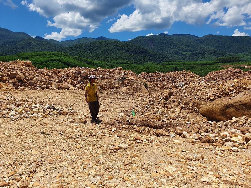 Anh Định chỉ khu vực một ngôi mộ của gia đình bị mất phương hướng vị trí vì bị đào bới để lấy đá