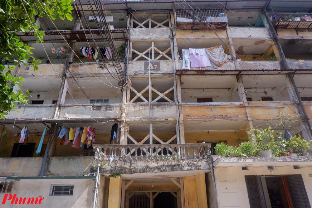 Được biết, khu tập thể A7 của phường Tân Mai (Hoàng Mai, Hà Nội) được xây dựng từ năm 1984, có quy mô 5 tầng gồm 50 hộ sinh sống. Gần 40 năm trôi qua, tòa nhà ngày một già nua với đấu vết thời gian in hằn trên những bức tường vôi cũ. Nó già đến mức vào năm 2010, người dân nơi đây phải chống nạng để gia cố cho chắc chắn hơn.