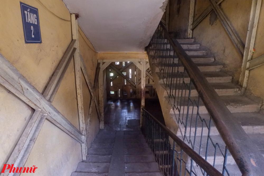 Qua ghi nhận của phóng viên, nhiều hạng mục của tòa nhà đã xuống cấp nghiêm trọng, trong đó đáng kể nhất là vết nứt lớn khiến toàn bộ cầu thang và chiếu nghỉ tách hoàn toàn khỏi khối nhà.