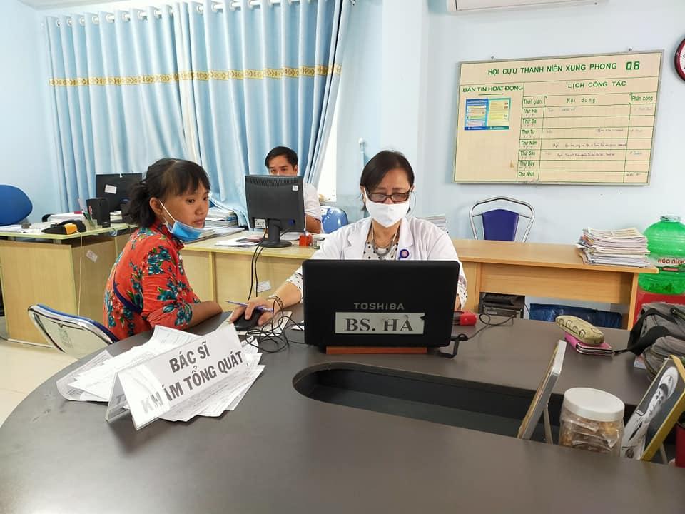 Trước khi chia sẻ máu, tình nguyện viên được khám và tư vấn về sức khỏe