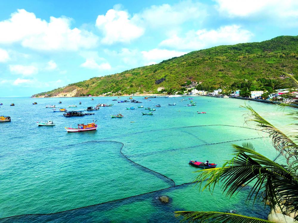 Toàn cảnh vùng biển ở cầu cảng hòn Sơn - còn gọi là bãi Nhà