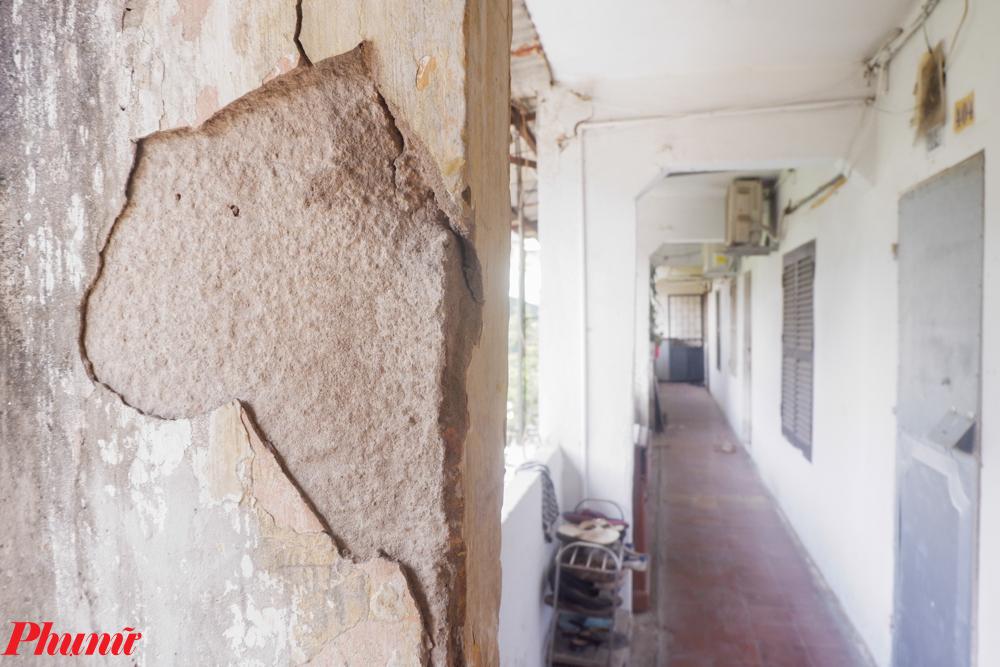 Bên trong tòa nhà có nhiều mảng tường bị bong tróc