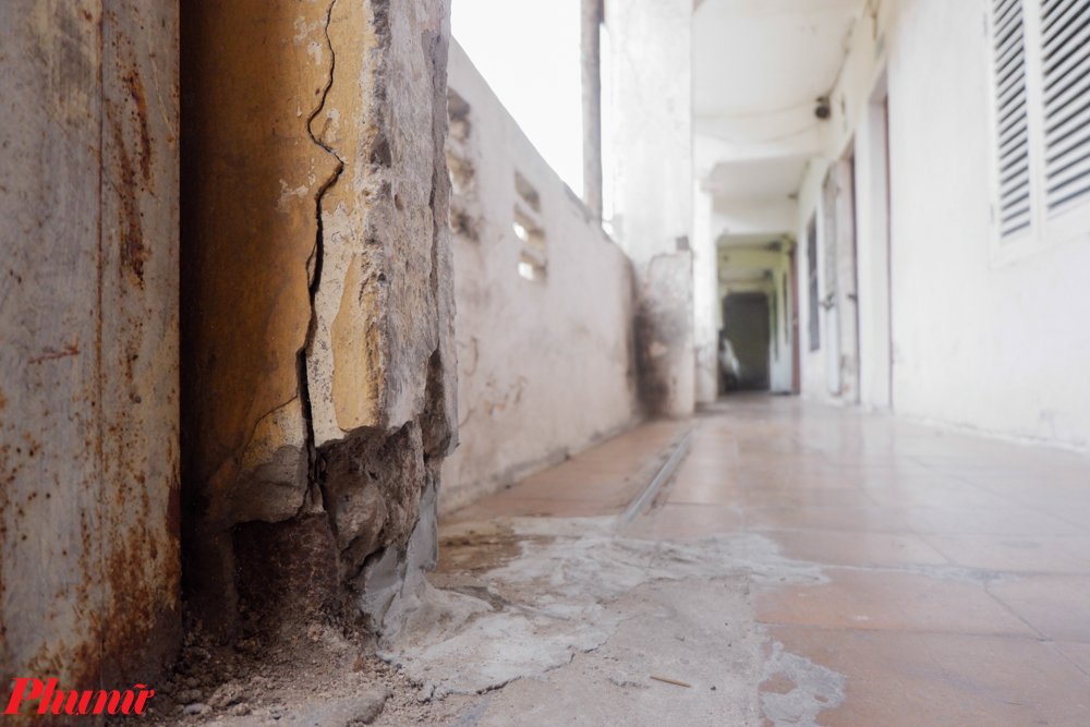 """Là cư dân sinh sống trong ngôi nhà từ lúc mới khánh thành, bà Hoàng Thị Huyền chia sẻ: """"Tôi đã sống trong ngôi nhà 40 năm rồi, khoảng năm 2008 tòa nhà có hiện tượng xuống cấp như lún và nghiêng về đằng sau. Hiện vết nứt trên nhà ngày càng nhiều khiến người dân nơi đây lo lắng, nơm nớp lo sợ nhất là vào mùa mưa bão""""."""