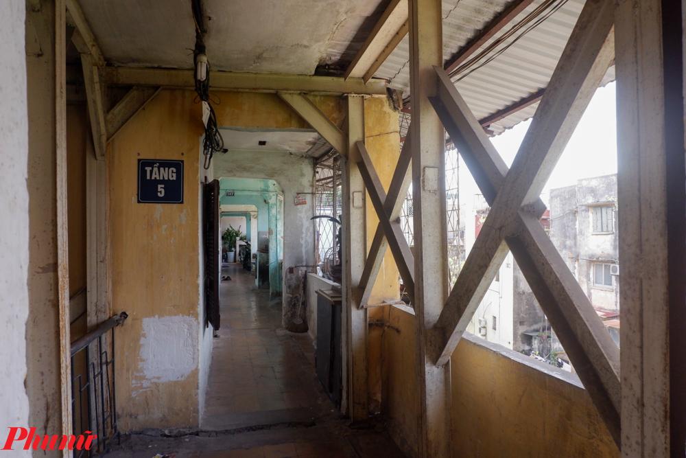 Ông Nguyễn Quang Gắng - Tổ trưởng Tổ dân phố 20, phường Tân Mai cho biết: hiện nay công trình khu nhà A7 vẫn đang xuống cấp trầm trọng và hư hỏng nặng. Còn hệ thống giàn giáo bằng thép được lắp hỗ trợ chịu lực của cầu thang đã xuất hiện nhiều chỗ hoen gỉ tại những mối hàn, cong vênh. Thậm chí ngôi nhà được xác định bị nghiêng 14 độ.