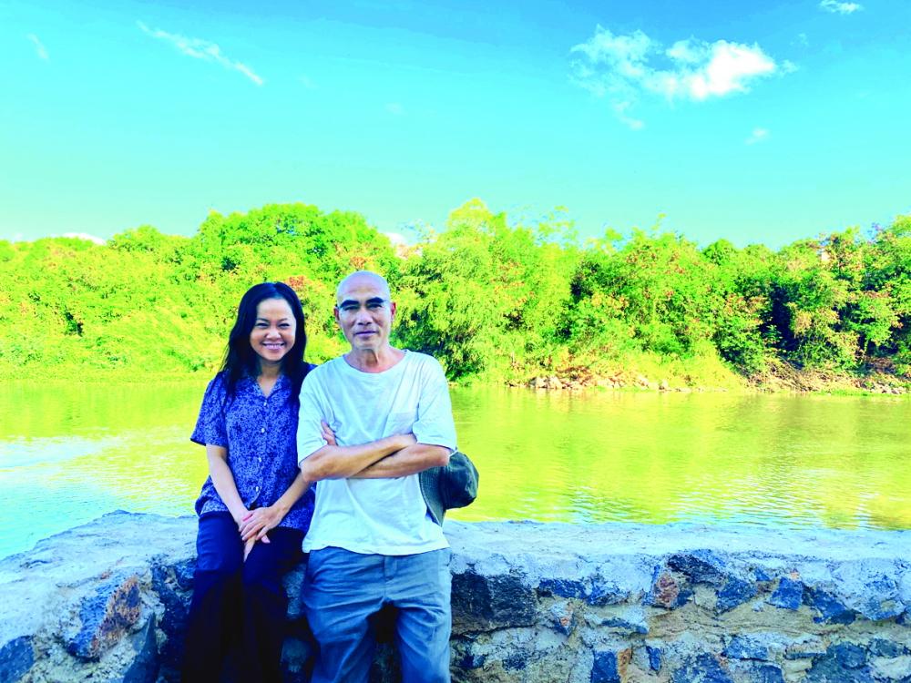 Với đạo diễn Lưu Trọng Ninh trên trường quay Cát đỏ