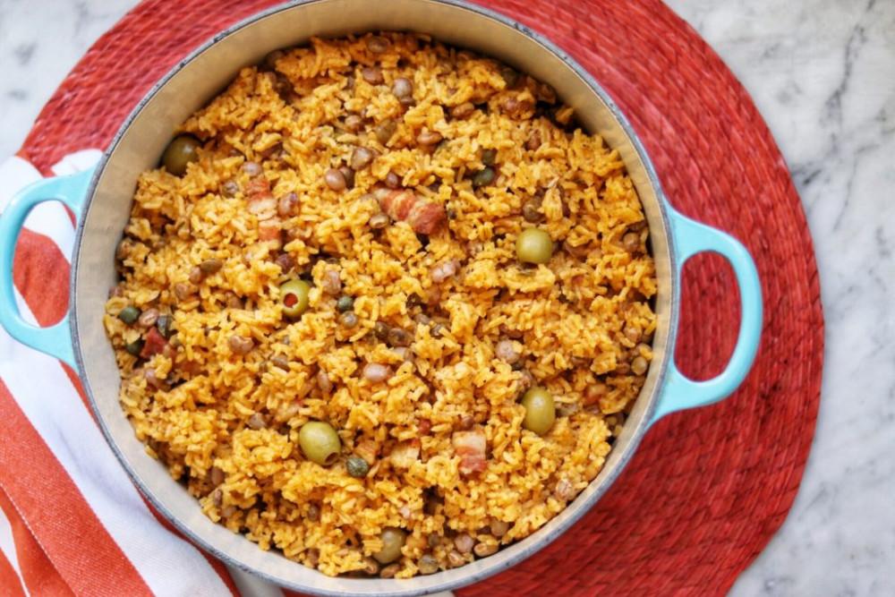 rroz con gandules là sự kết hợp của gạo, đậu bồ câu và thịt lợn, nấu trong cùng một nồi với sốt sofrito. Đây là món ăn quốc gia của Puerto Rico. Món ăn này chủ yếu được phục vụ trong mùa Giáng sinh hoặc cho những dịp đặc biệt.