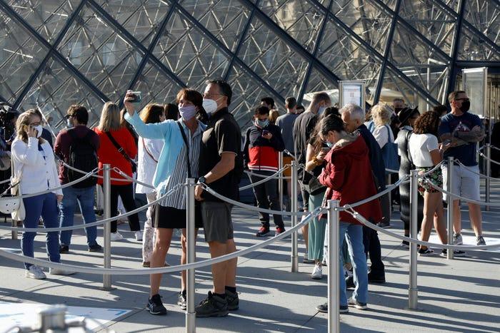 Không nhiều du khách xếp hàng chờ vào tham quan Kim tự tháp Louvre