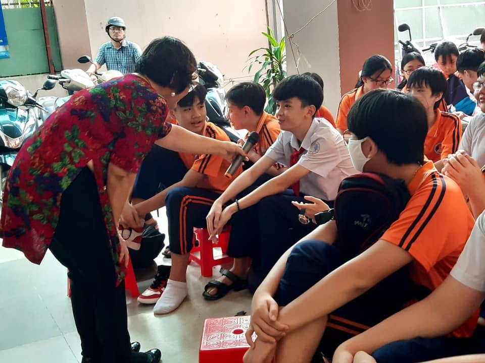 Các em học sinh tham gia tương tác, giao lưu, trả lời các tình huống báo cáo viên đặt ra.