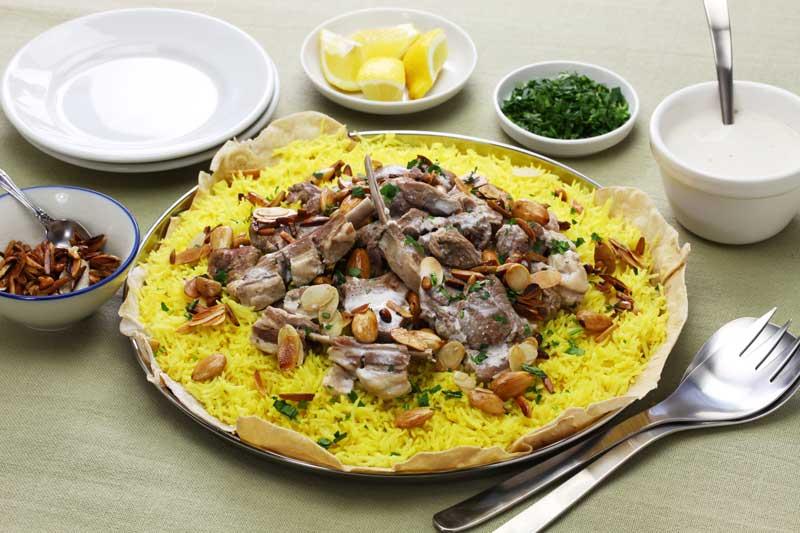 .  Mansaf là món ăn quốc gia của Jordan. Nó bao gồm gạo và thịt cừu nấu trong một loại nước sốt gọi là jameed, đó là một loại sữa chua khô lên men.