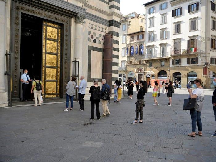 Khách du lịch xếp hàng để vào Baptistery, một trong những nhà thờ cổ nhất ở Florence