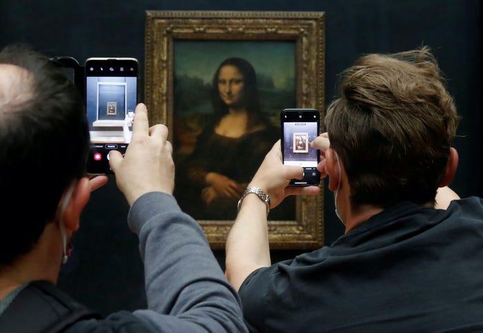 Không quá nhiều khách them quan, nên du khách có nhiều thời gian và dễ dàng chụp ảnh nàng Mona Lisa