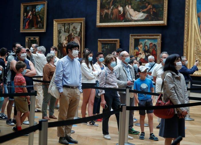 Khách tham quan bảo tàng Louvre đeo khẩu trang xếp hàng chờ vào diện kiến nàng Mona Lisa