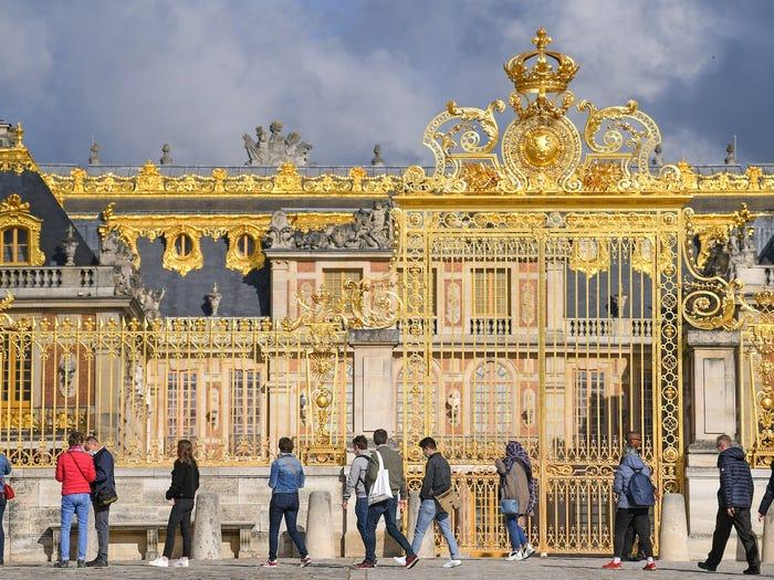 Cung điện Versailles cũng đã mở cổng vàng cho công chúng một lần nữa, với những bức ảnh cho thấy hàng đợi gần như trở lại bình thường.Một hàng đợi bên ngoài một trong những lối vào Lâu đài Versailles khi cung điện được mở cửa