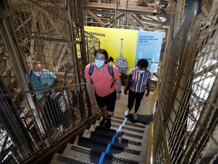 tháp Eiffel đã mở cửa trở lại với công chúng trong tuần này. Nó đã ngừng hoạt động ba tháng - lần đóng cửa dài nhất kể từ Thế chiến II. Nhưng du khách vẫn cần tuân theo các biện pháp an toàn cho sức khỏe. Ví dụ, thay vì đi thang máy lên bục quan sát của tháp Eiffel, mọi người phải leo lên (nhiều) cầu thang bây giờ ...