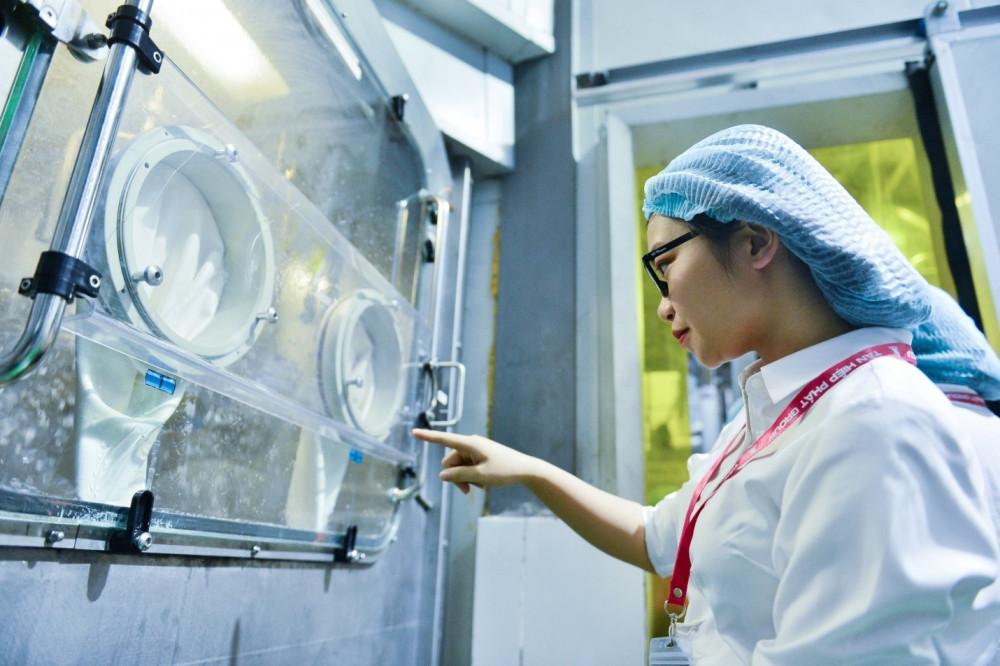 Nữ sinh Đỗ Phương Anh trải nghiệm qui trình chiết rót vô trùng trong dây chuyền sản xuất tại nhà máy. Ảnh: Tân Hiệp Phát cung cấp