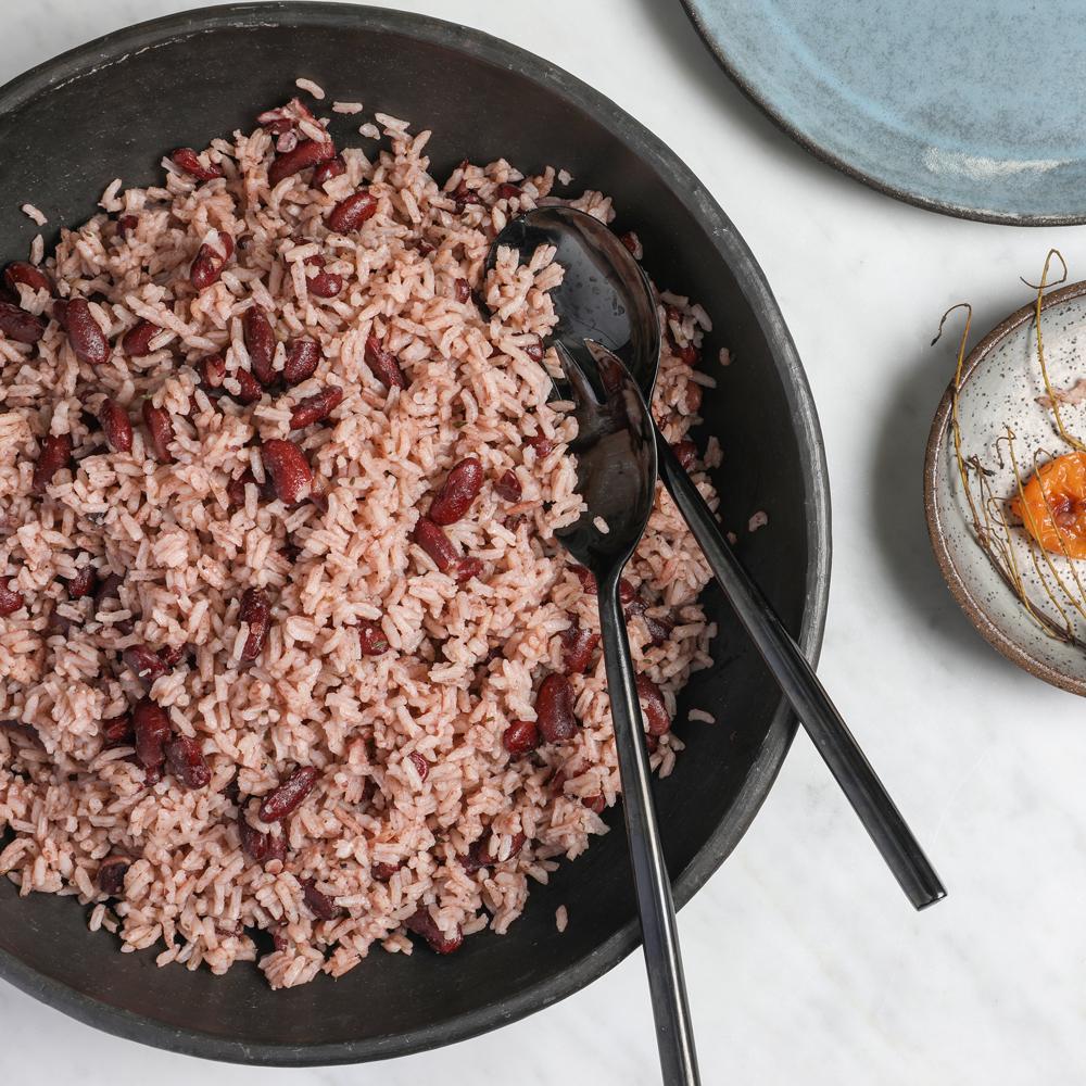 Món cơm của người Jamaica dùng nhiều các loại đậu và được nấu với hạt gạo dài, nước cốt dừa, tỏi, hánh lá, tiêu. Món cơm được ăn cùng cà ri thịt gà hoặc thịt nướng.
