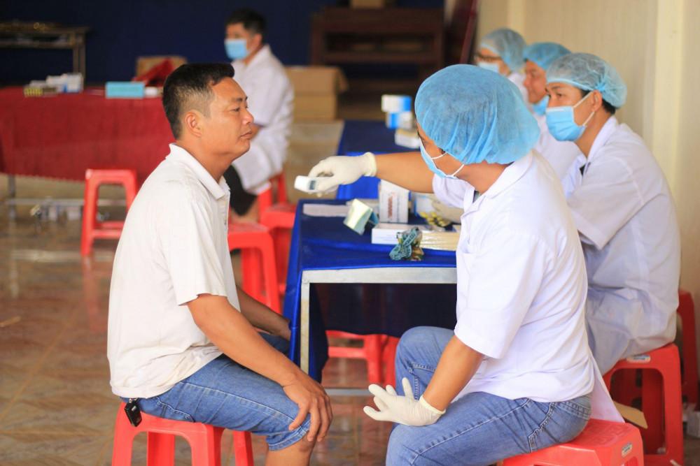 Lực lượng y tế khám sàng lọc cho người dân tại xã Hải Yang, huyện Đắk Đoa, tỉnh Gia Lai