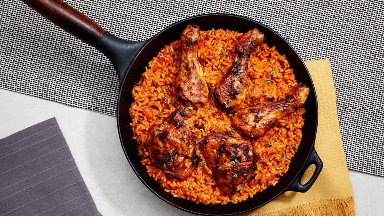 Món cơm Jollof bắt nguồn từ Tây Phi, rất phổ biến ở Nigeria, Sénégal, Ghana và nhiều nơi khác. Món cơm chiên được chế biến gạo, cà chua, hành tây và ớt. Thêm cách thành phần protein cần thiết cho cơ thể như thịt cừu, thịt gà, bò hoặc cá.
