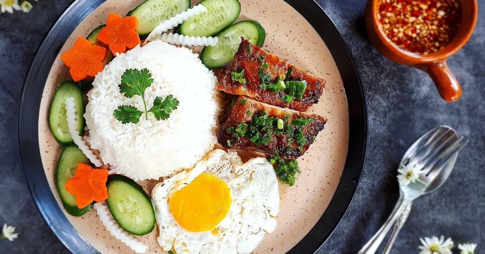 Ở Việt Nam, món cơm nổi tiếng được nhiều người biết đến chính làm cơm tấm. Cơm tấm được nấu từ hạt gạo tấm, tức hạt gạo bị bể. Gạo này xưa là loại gạo thứ phẩm, rớt vãi sau khi sàng, thường dùng cho gà ăn hoặc cho người ăn lúc quá túng thiếu. Nay thì cơm tấm đã thành món ăn quen thuộc của người miền Nam. Cơm tấm đượcăn kèm với thịt sườn heo, bì heo, trứng và rau muối chua.