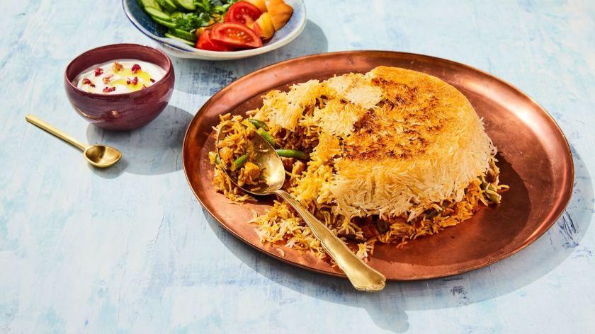 Món Tahdig ở Iran rất được ưa chuộng tại đất nước này và đặc biệt nó phải có những miếng cơm cháy mới được gọi là ngon. Nhiều năm trước, gạo là một thành phần xa xỉ ở xứ này. Theo truyền thuyết, một hạt gạo không nên lãng phí hoặc để lại trong nồi vì vậy các đầu bếp sẽ lót lớp đáy nồi bằng bánh mì để tránh cơm bị cháy, kết quả cuối cùng sẽ là một lớp vàng giòn ở đáy nồi