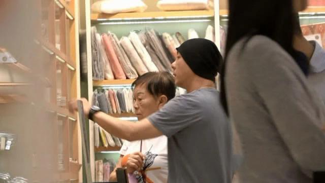 Trương Vệ Kiện dẫn mẹ đi mua sắm trước khi đi du lịch cùng vợ