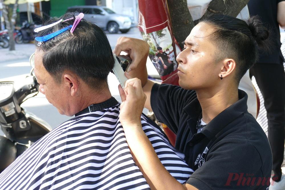 Ai thích kiểu nào cắt kiểu đó, không tốn phí, không phải chờ đợi, thợ cắt tóc nhiệt tình