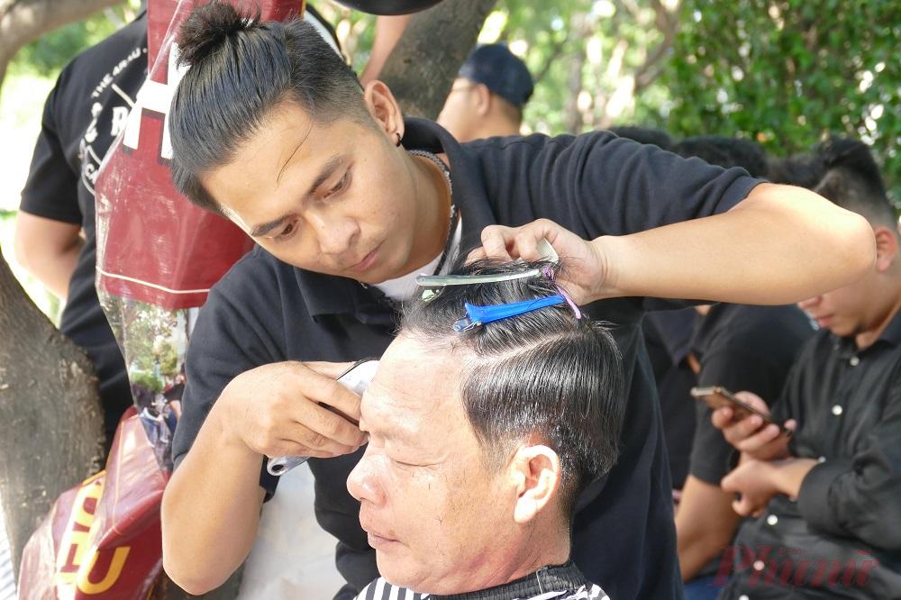 Mỗi khách hàng đến cắt tóc sẽ được nghe tư vấn để chọn kiểu phù hợp, ai thích kiểu nào sẽ được cắt theo kiểu đó.