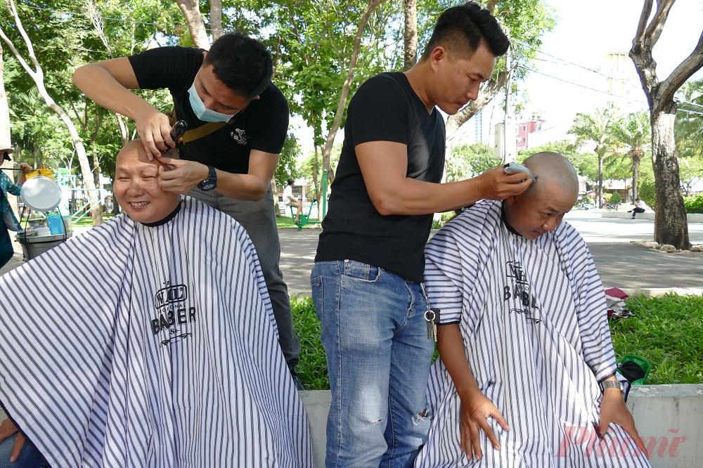 Trải nghiệm mô hình cắt tóc miễn phí, đa phần khách hàng đều tỏ ra hài lòng và có ý sẽ quay trở lại. Anh Cao Văn Tý, khách hàng lần đầu đến công viên 23/9 cắt tóc cho biết cảm thấy rất thoải mái về không gian và cung cách phục vụ của những người thợ vỉa hè.