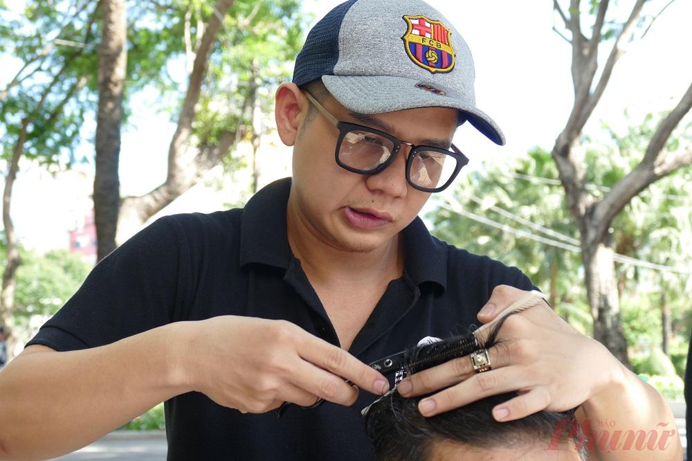 Thời gian gần đây, mô hình cắt tóc từ thiện như trở thành một nét văn hóa đặc sắc, làm toát lên vẻ dễ thương của người Sài Gòn đằng sau cuộc sống mưu sinh khổ cực.
