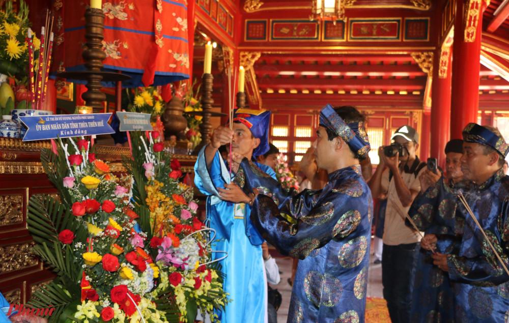 Ông Võ Lê Nhật - Giám đốc Trung tâm BTDTCĐ Huế dâng hương tại Triệu Tổ Miếu - Đại Nội Huế