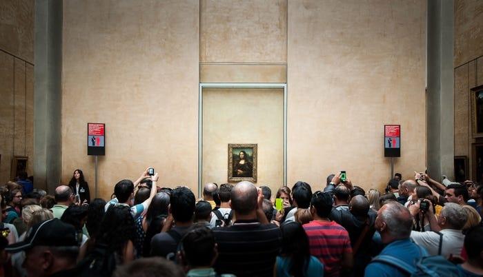 rất đông người dân thường xếp hàng để có được cái nhìn thoáng qua về bức tranh Mona Lisa nổi tiếng.