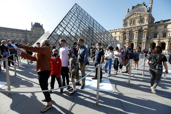 Du khách xếp hàng để vào Kim tự tháp