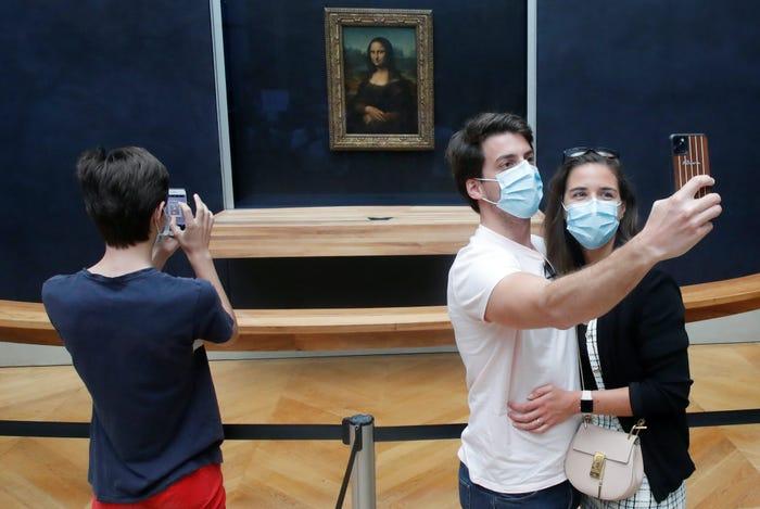 Nhưng những ngày này, khách tham quan có nhiều thời gian hơn để nhìn ngắm nàng Mona Lisa và chụp hình với nàng từ khoảng cách rất gầnthoải mái chụp ảnh với