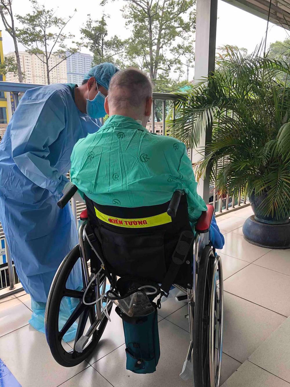 Ngày 11/6, bệnh nhân 91 được đón những tia nắng đầu tiên khi ông được nhân viên y tế tại bệnh viện cho ngồi xe lăn ra phơi nắng trong hơn 100 ngày phải điều tri cách ly, thở máy.