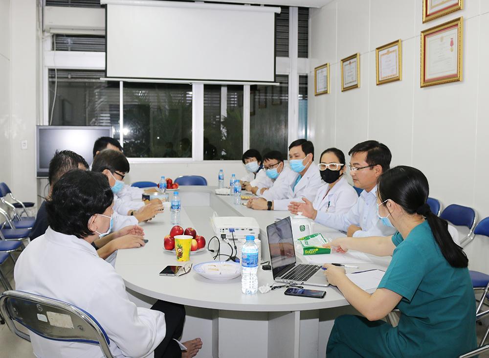 Trong đêm 22/5, Ban giám đốc Bệnh viện Chợ Rẫy cùng các bác sĩ tại nhiều khoa phòng đã hội chẩn lên kế hoạch điều trị cho bệnh nhân