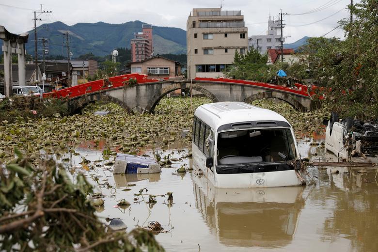 Nhiều ô tô bị hất văng xuống kênh, sông. Cầu bị phá huỷ nặng nề khiến việc di chuyển của người dân gặp nhiều trở ngại.